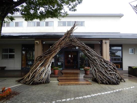 ■木のオブジェをくぐるとすぐ施設の入り口