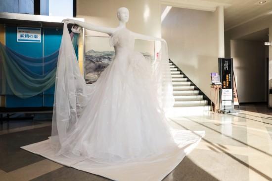 ■桂由美さんがフェアリー・フェザーを使い、デザインしたウエディングドレス。約600㌘という軽さ【写真:greenz.jpより】