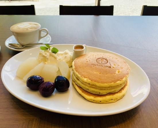 ■季節限定「梨とぶどうのパンケーキ」980円