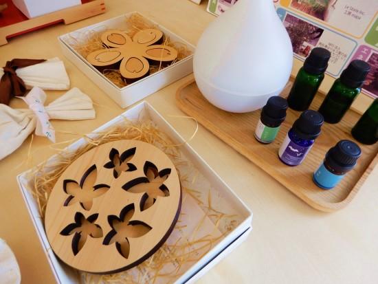 (上)桜のモチーフ素材はヒバ。新築の木の家のような香り。 (下)紅葉のモチーフ素材はひのき。お風呂に入れると蒸気で香りが広がります。