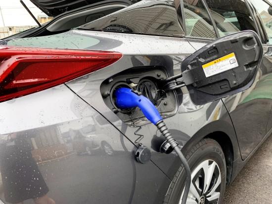 ■PHVの充電口のカバーを開くと普通充電用と急速充電用の2つの差込口がある
